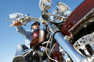 Biker riding motorcycleの写真素材 [FYI03633593]