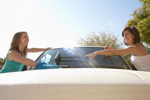 Two young women washing carの写真素材 [FYI03633607]