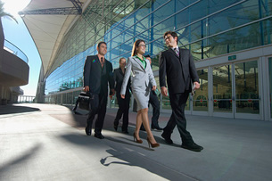 Group of business people walking pastの写真素材 [FYI03633612]