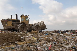 Digger working at landfill siteの写真素材 [FYI03633616]