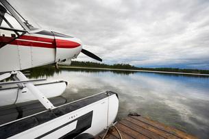 USA  Alaska  sea plane tied to pierの写真素材 [FYI03633626]