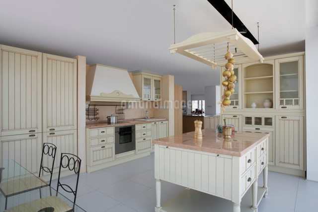Kitchen in contemporary furniture storeの写真素材 [FYI03633652]