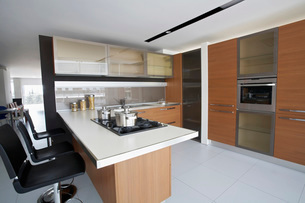 Kitchen in contemporary furniture storeの写真素材 [FYI03633653]