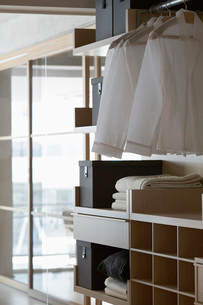 Linen on shelves in contemporary furniture store bedroomの写真素材 [FYI03633655]
