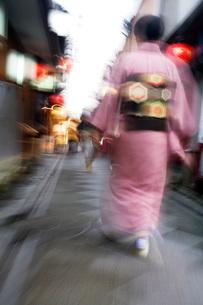 Woman wearing kimono walking on narrow streetの写真素材 [FYI03633659]