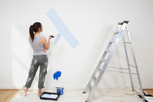 Woman painting wallの写真素材 [FYI03633687]