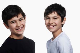 Twin boys smiling, portraitの写真素材 [FYI03633696]
