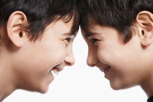 Twin boys head to head, laughing, close-upの写真素材 [FYI03633697]