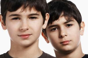 Twin boys, close-up, portraitの写真素材 [FYI03633698]