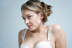 Young woman wearing bra, close-upの写真素材 [FYI03633722]