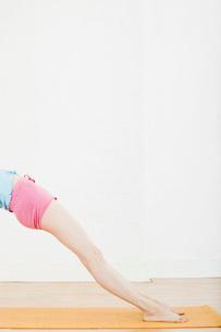 Teenage girl exercising, low sectionの写真素材 [FYI03633762]