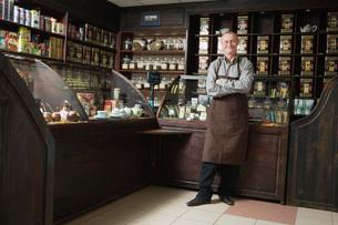Tea Shop Owner in Storeの写真素材 [FYI03633782]