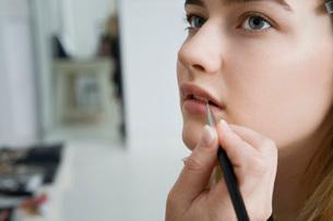 Model Having Makeup Appliedの写真素材 [FYI03633837]