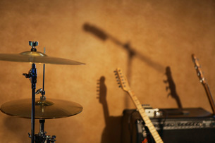 Drum Cymbals and Guitars by Amplifierの写真素材 [FYI03633868]