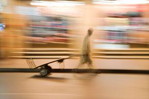 A man wheels an empty cart through the streets of Deiraの写真素材 [FYI03633921]