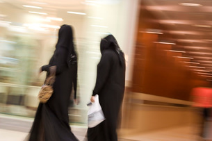 Women dressed in traditional abayas and hijabsの写真素材 [FYI03633923]