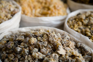 Frankincense and other spices for sale in the spice souqの写真素材 [FYI03633931]