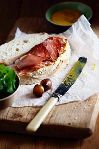 Food on cutting boardの写真素材 [FYI03633995]