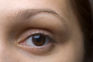 Close-up of young woman's eyeの写真素材 [FYI03634071]