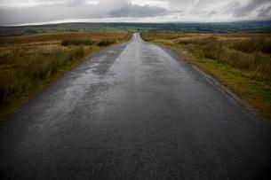 Wet road in Yorkshire Dalesの写真素材 [FYI03634083]