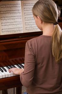 Girl playing pianoの写真素材 [FYI03634106]