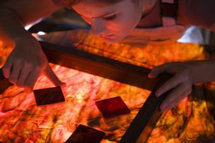 Artist producing textiles, close-upの写真素材 [FYI03634125]