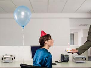 Woman having birthday party in officeの写真素材 [FYI03634191]