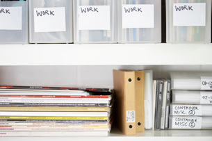 Magazines and folders in organized shelvesの写真素材 [FYI03634214]