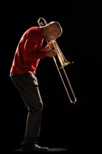 Man Playing Trombone side viewの写真素材 [FYI03634239]