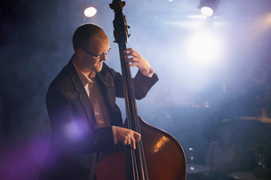 Double bass player on stage portraitの写真素材 [FYI03634243]