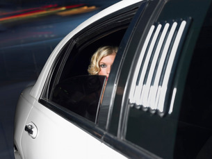 Woman in back of limousineの写真素材 [FYI03634325]