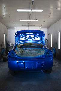 Rear of blue painted car in garageの写真素材 [FYI03634631]