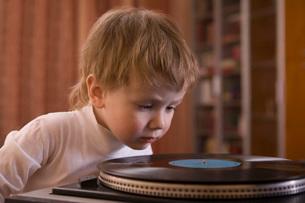 Boy listening to record playerの写真素材 [FYI03634791]