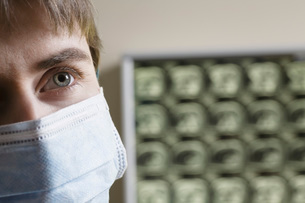 Doctor wearing surgical mask,close-upの写真素材 [FYI03634808]