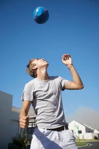 Teenage boy playing ballの写真素材 [FYI03634853]