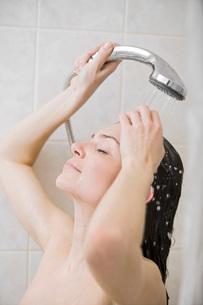 Woman taking showerの写真素材 [FYI03634866]