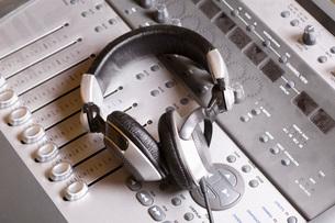 Mixing console and headphonesの写真素材 [FYI03634870]