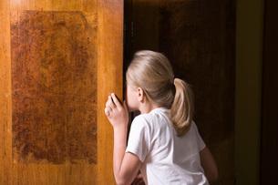 Girl opening wardrobe doorの写真素材 [FYI03634899]