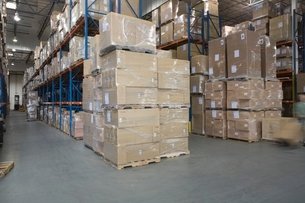 Cardboard boxes stacked in distribution warehouseの写真素材 [FYI03634955]