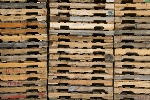Wooden pallets stacked in distribution warehouseの写真素材 [FYI03634959]