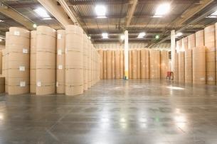 Huge rolls of paper in newspaper factoryの写真素材 [FYI03634964]