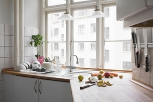 Kitchen worktop with chopped fruit & veg in urban apartmentの写真素材 [FYI03634967]