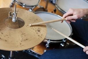 Caucasian man plays drum setの写真素材 [FYI03634975]