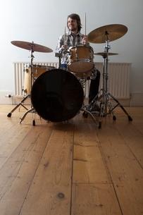 Young man plays drum setの写真素材 [FYI03634980]