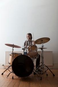 Young man plays drum setの写真素材 [FYI03634982]