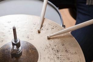 Drumsticks on metal cymbalの写真素材 [FYI03634984]