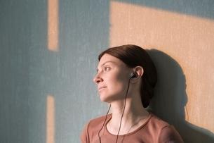 Redhead listens to headphonesの写真素材 [FYI03634996]