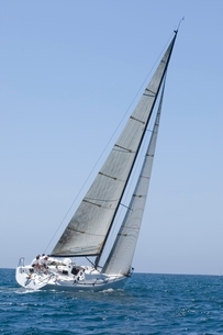 Yacht competes in team sailing eventの写真素材 [FYI03635037]
