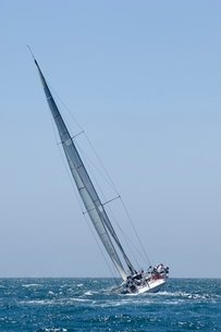 Yacht competes in team sailing eventの写真素材 [FYI03635041]