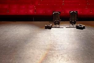 Empty stage with spotlightsの写真素材 [FYI03635079]